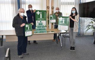 Vier Personen stehen an einem Tisch: Karl-Heinz Bartsch, Dr. Rüdiger Vogt, Karl-Heiz Vorspohl und Miriam Lepper haben die Notfalldosen für die älteren Menschen in der Gemeinde Ascheberg besorgt.