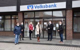 Vertreter der Gemeindeverwaltung und der Volksbank vor dem Gebäude der Volksbank in Herbern.