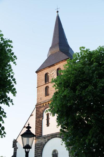 Ansicht des Kirchturms von St. Benedikt von außen.