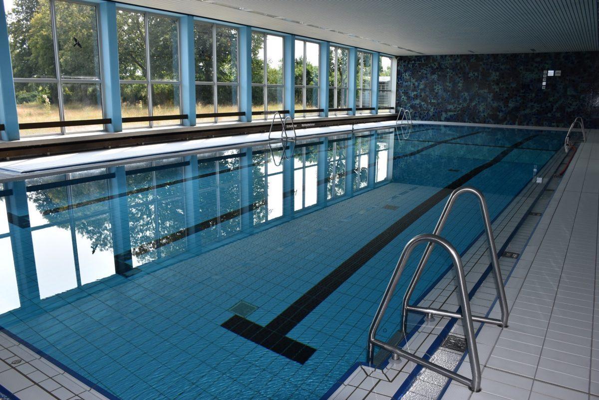 Ansicht leeres Schwimmbecken des Hallenbades