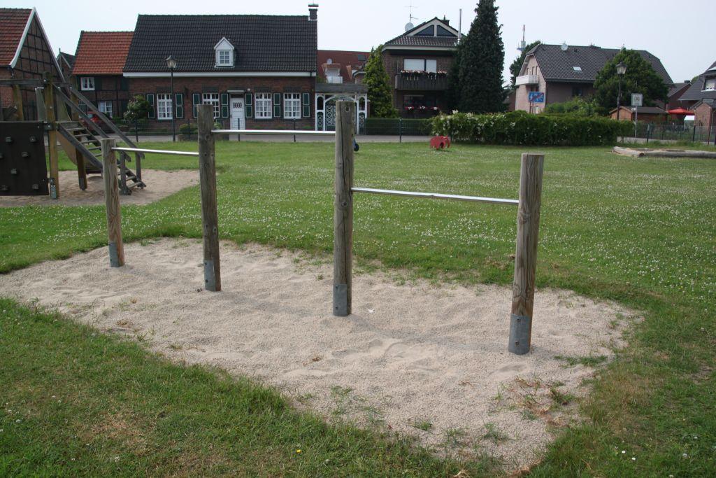 Ansicht Kletterstangen Spielplatz Dorfheide