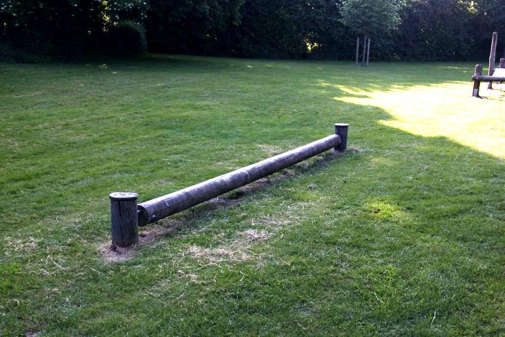 Ansicht Balancierbalken Spielplatz Frenkings Weide