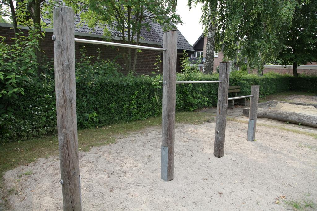 Ansicht Kletterstangen Spielplatz Kreuzkamp