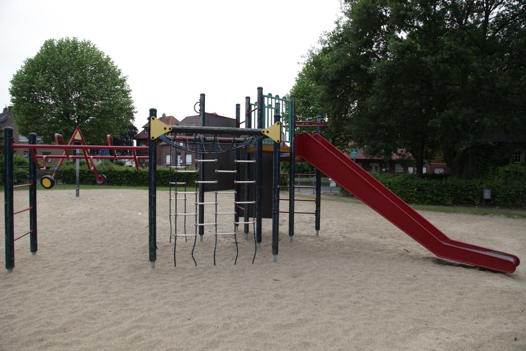 Ansicht Klettergerüst und Rutsche Spielplatz Siekenkamp