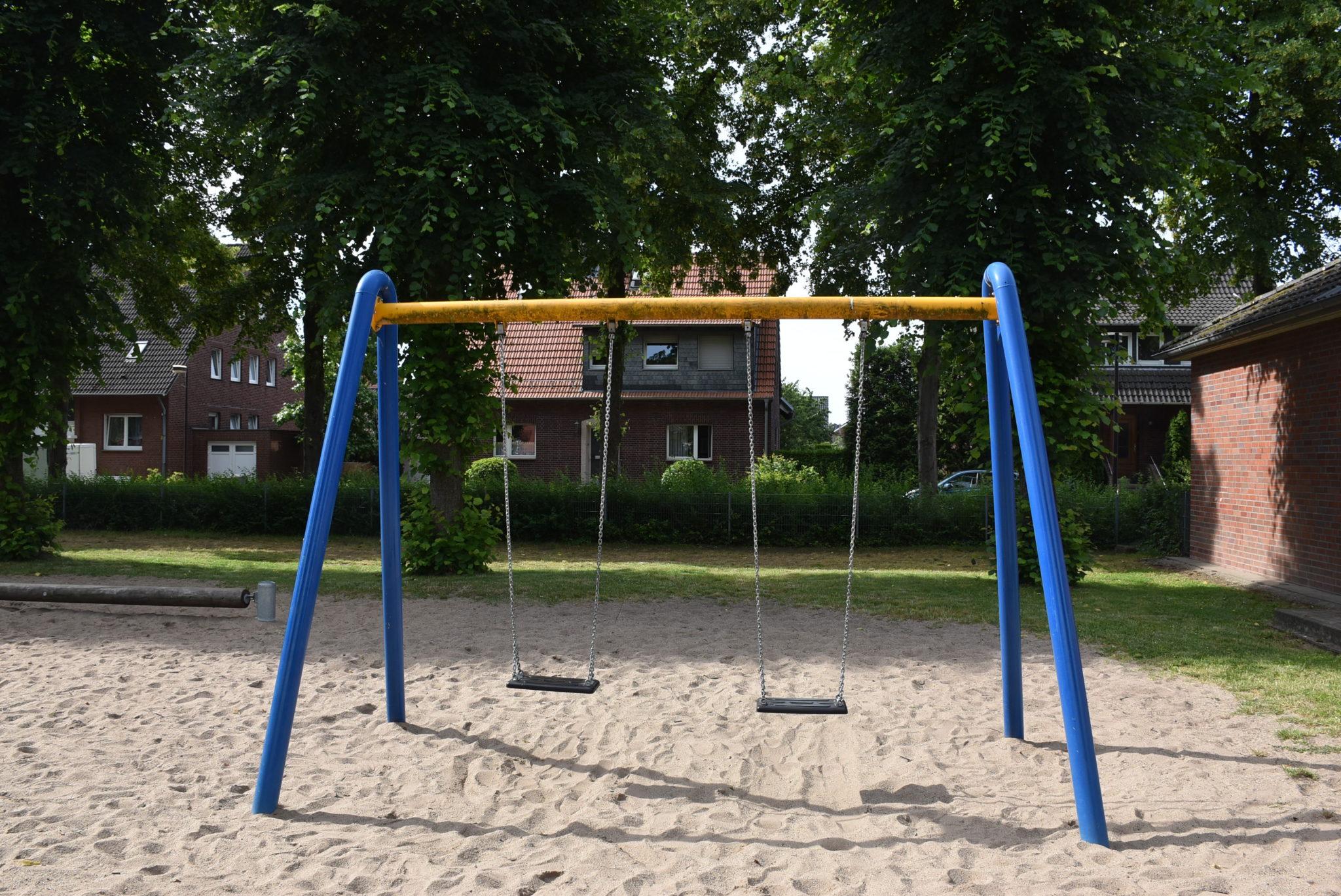Ansicht Schaukel Spielplatz Grundschule