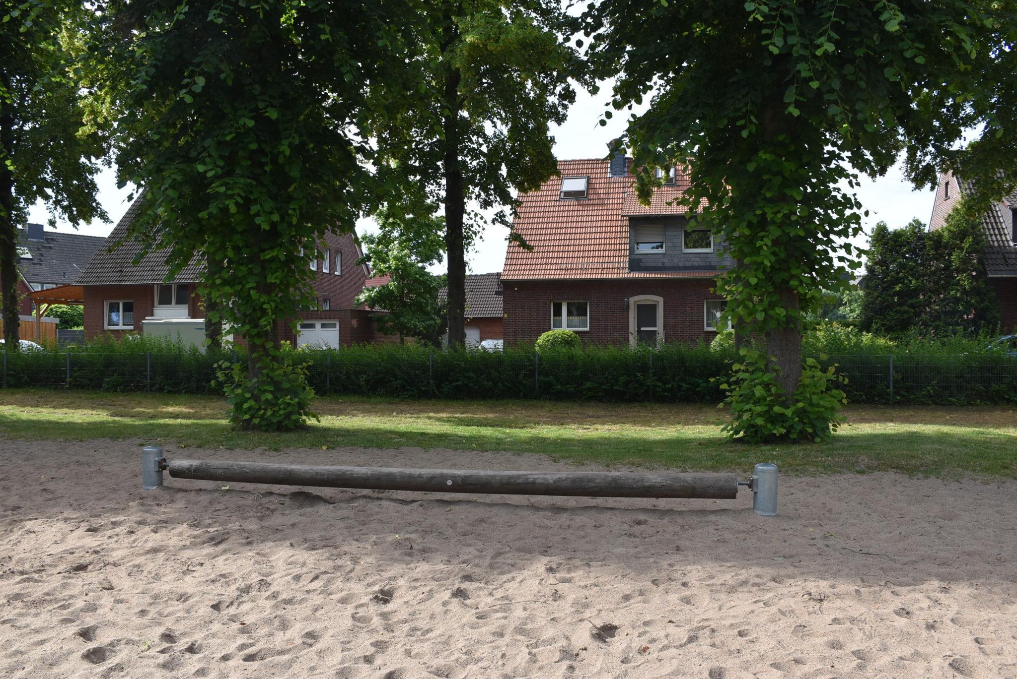 Ansicht Balancierstamm Spielplatz Grundschule