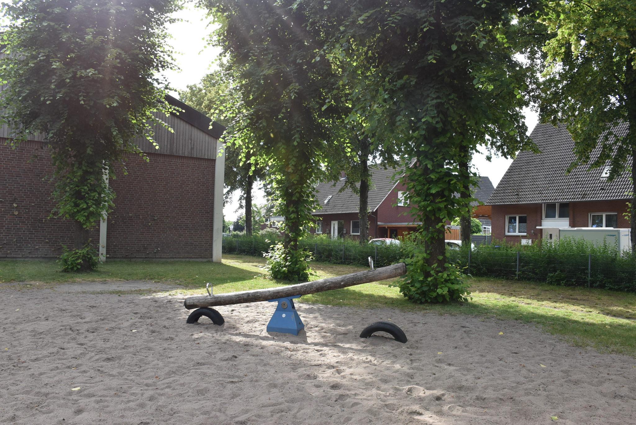 Ansicht Wippe Spielplatz Grundschule