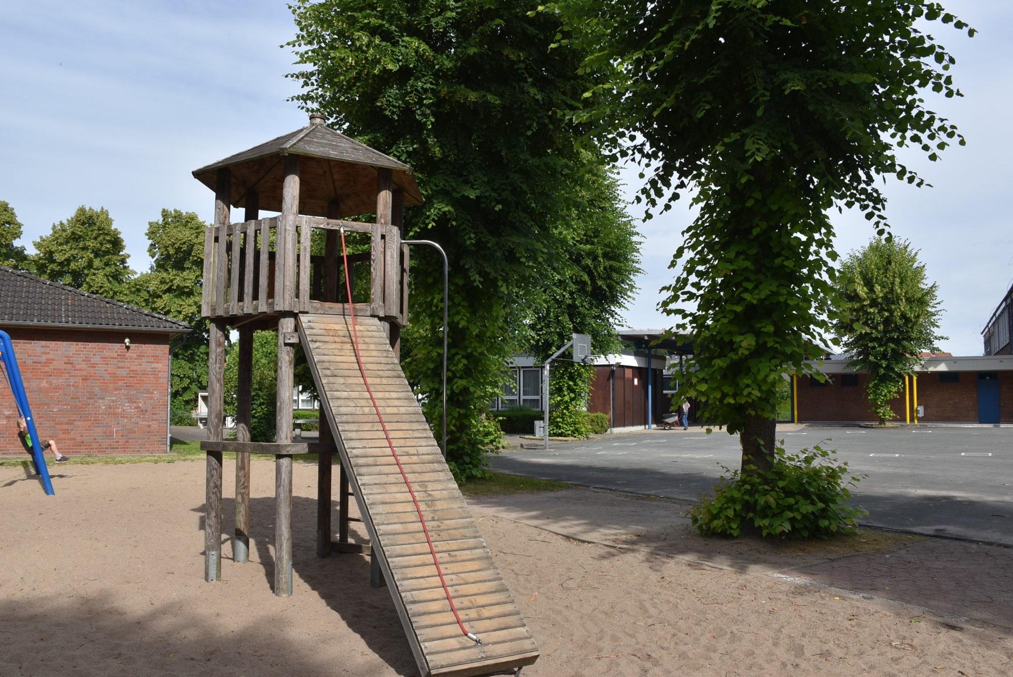 Ansicht Kletterturm Spielplatz Grundschule