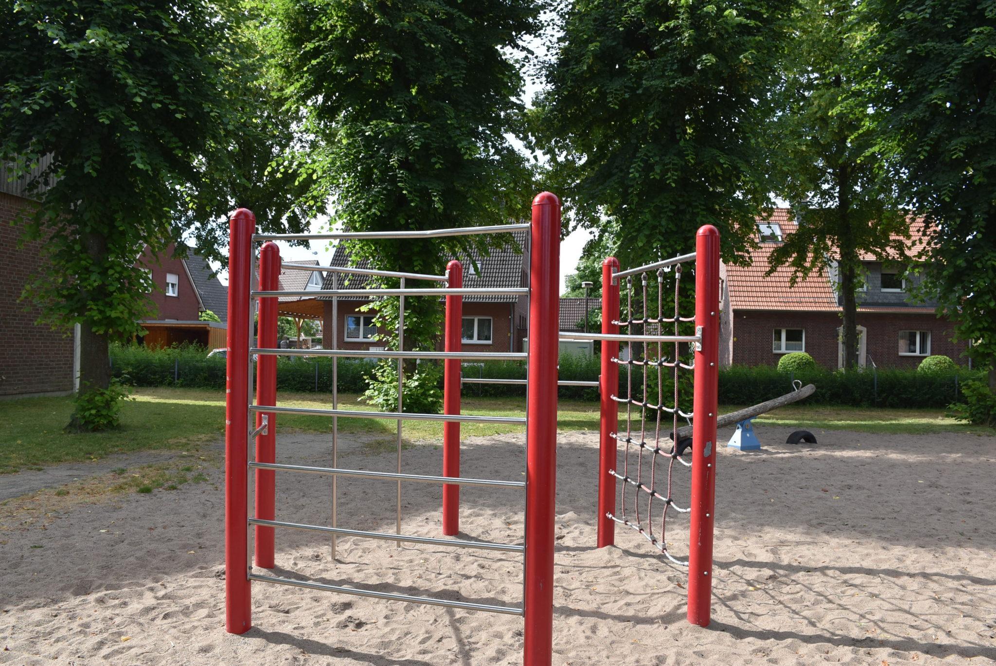 Ansicht Kletterstangen Spielplatz Grundschule