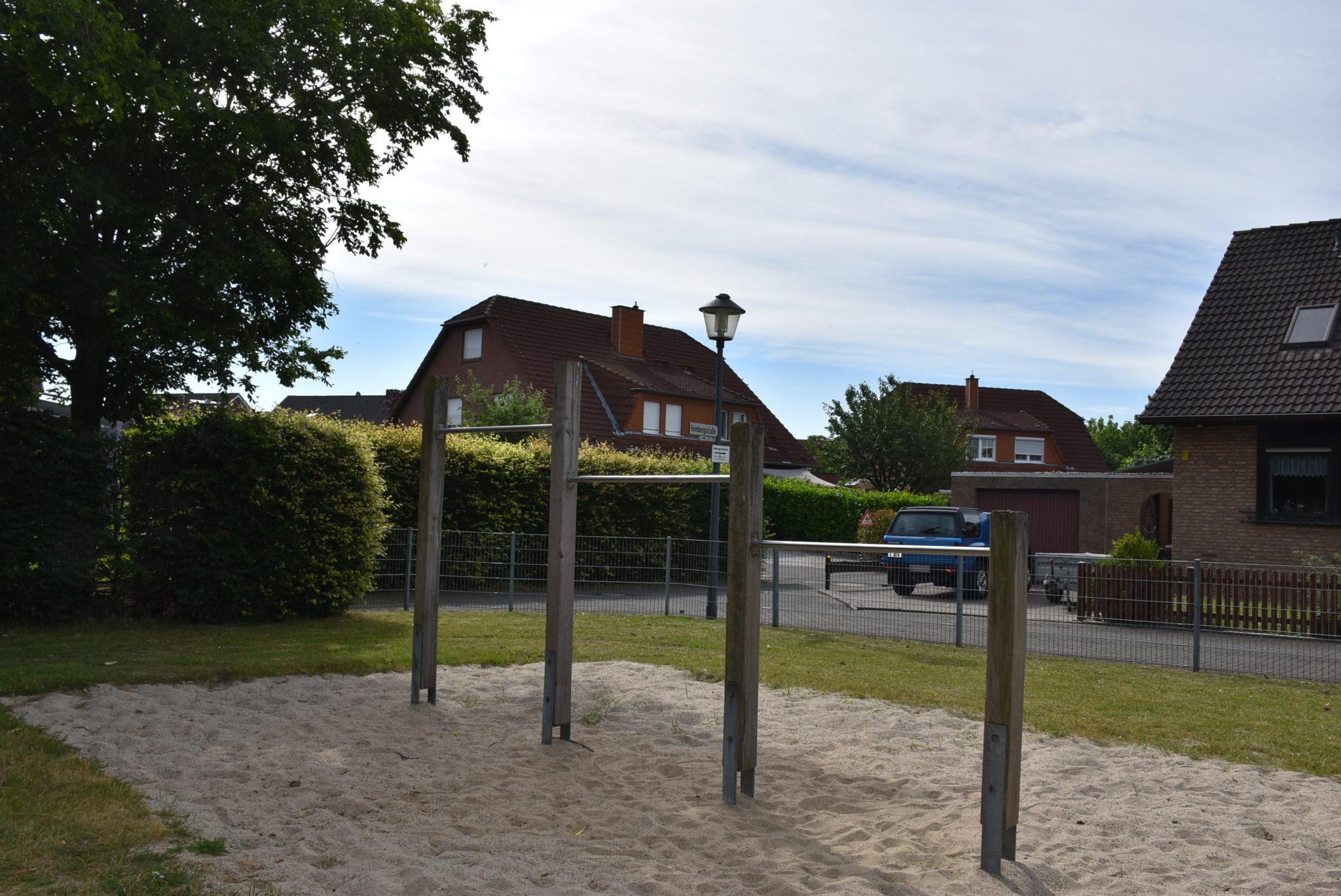 Ansicht Kletterstangen Spielplatz Rombergstraße