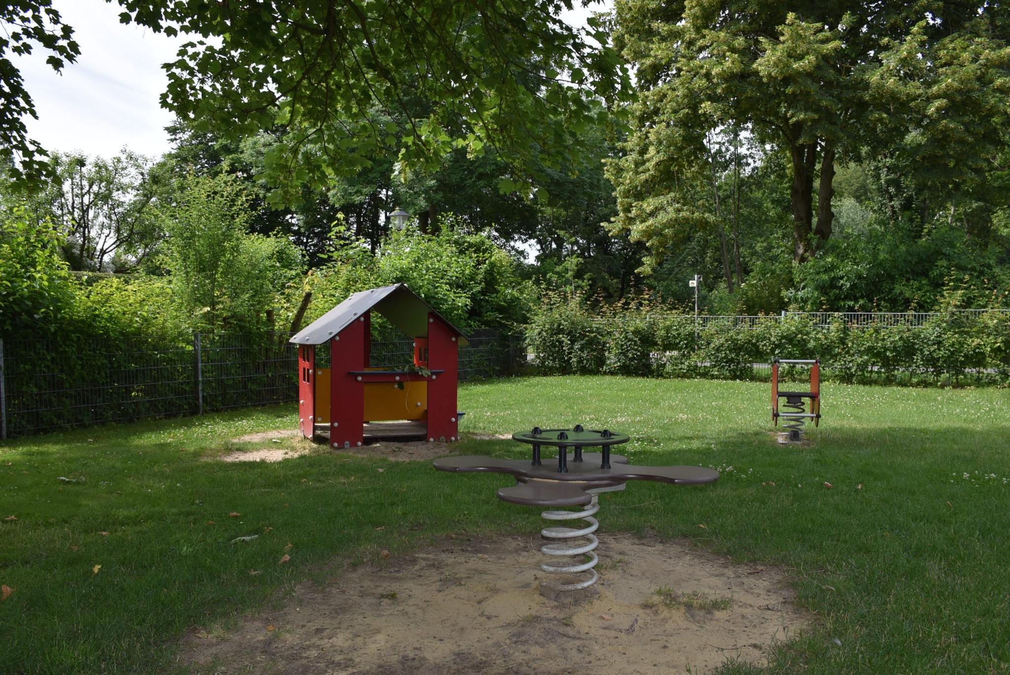 Übersicht Wippgeräte und Spielhaus Spielplatz Auf der Rulle