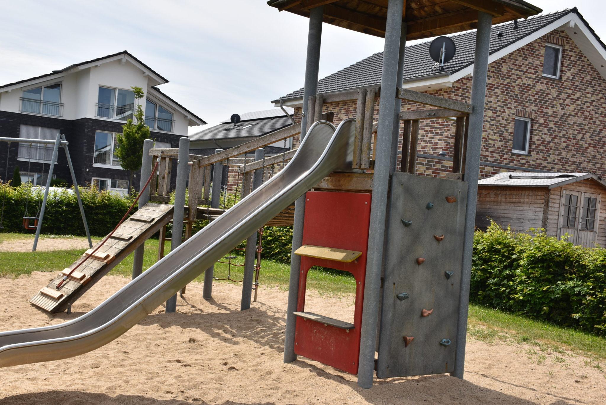 Übersicht Kletterturm und Rutsche Spielplatz Mühlenberg
