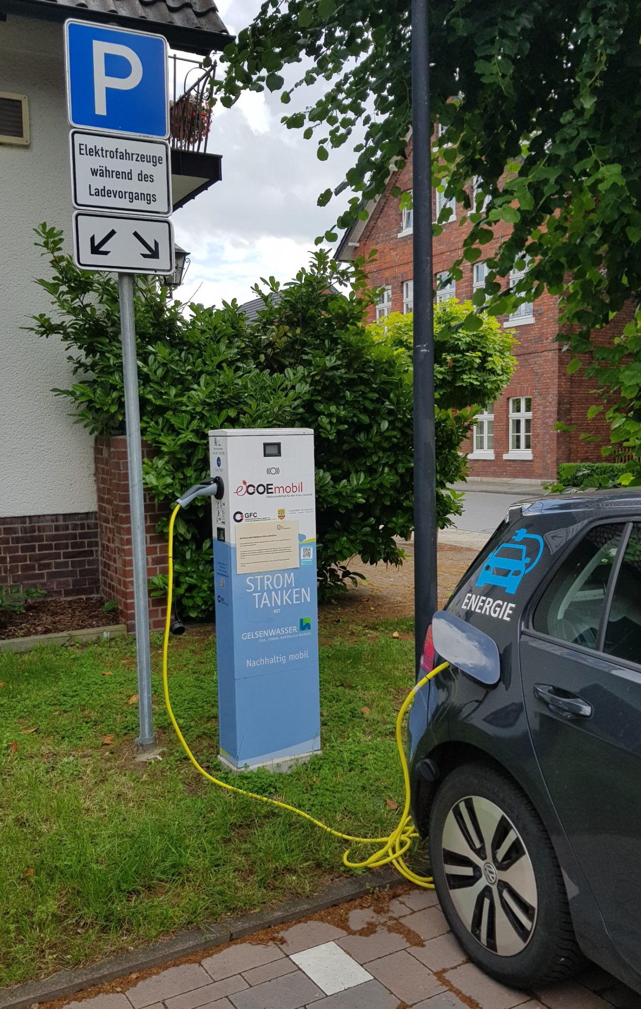 Auto tankt Strom an E-Ladesäule Rathaus Ascheberg Dieningstraße 7