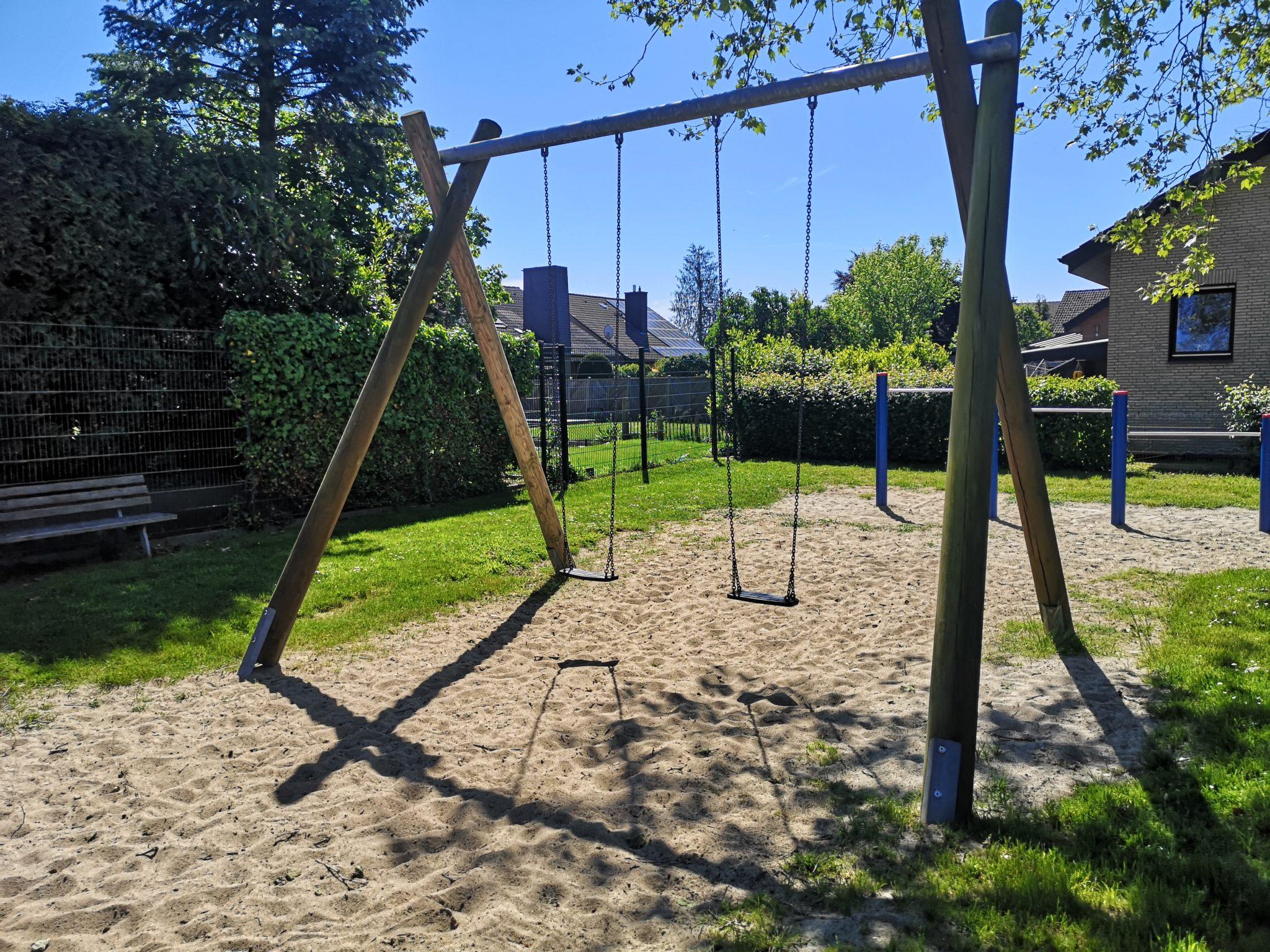 Ansicht Schaukel Spielplatz Erlentrup