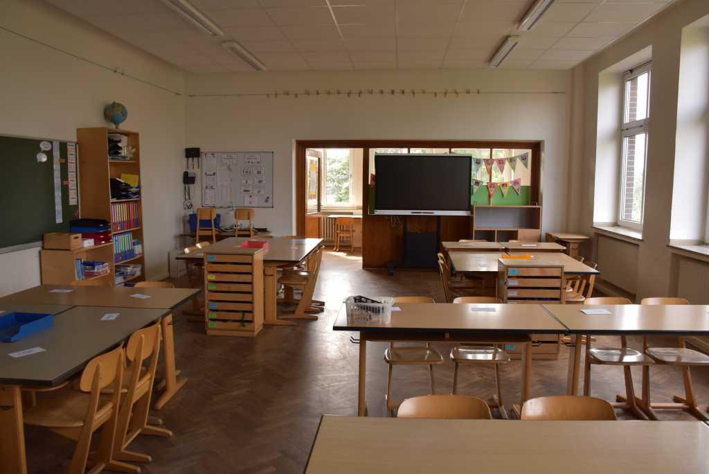 Klassenraum Grundschule mit Bildschirm