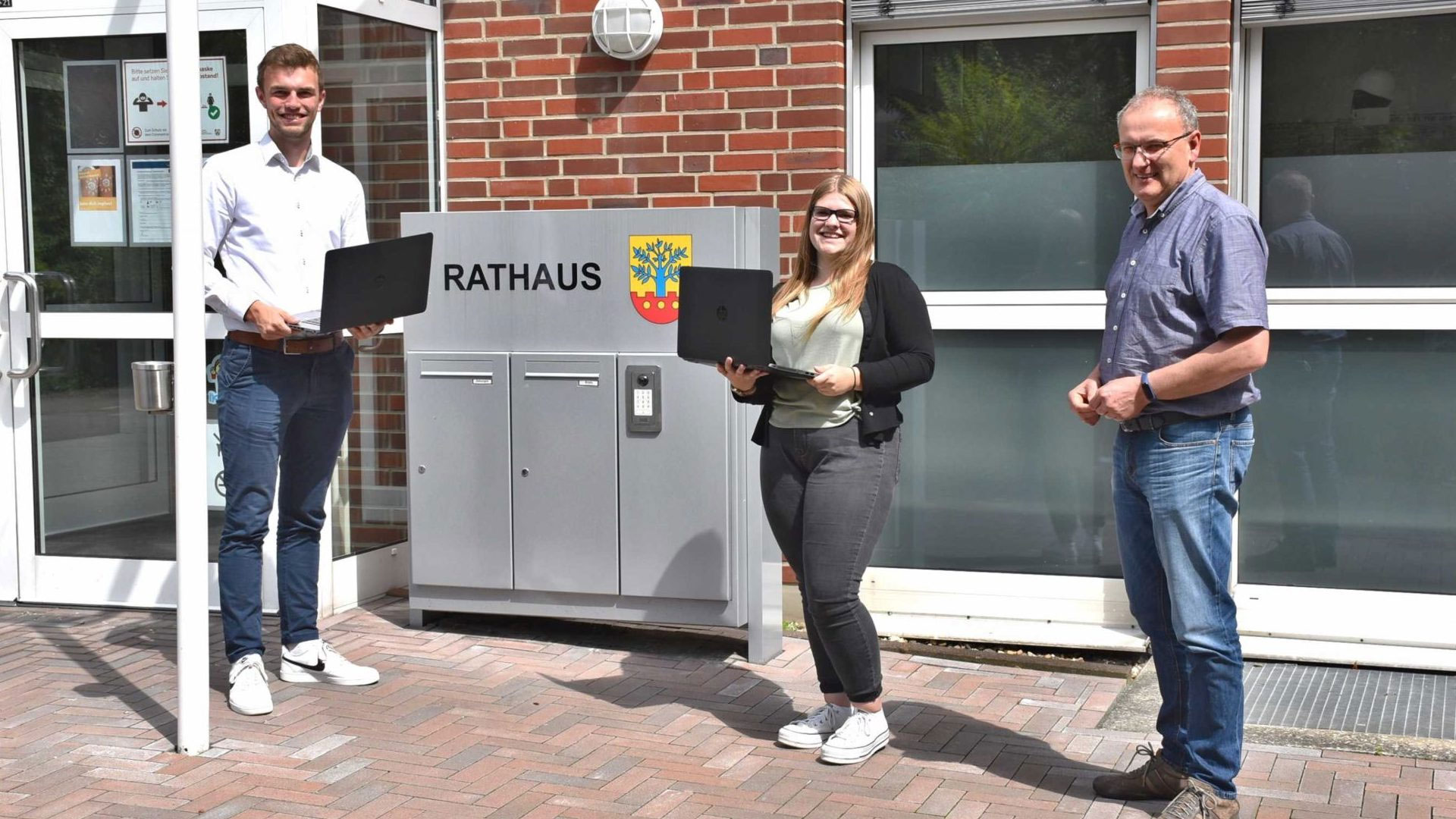 Zwei neue Auszubildende vor dem Rathaus Ascheberg