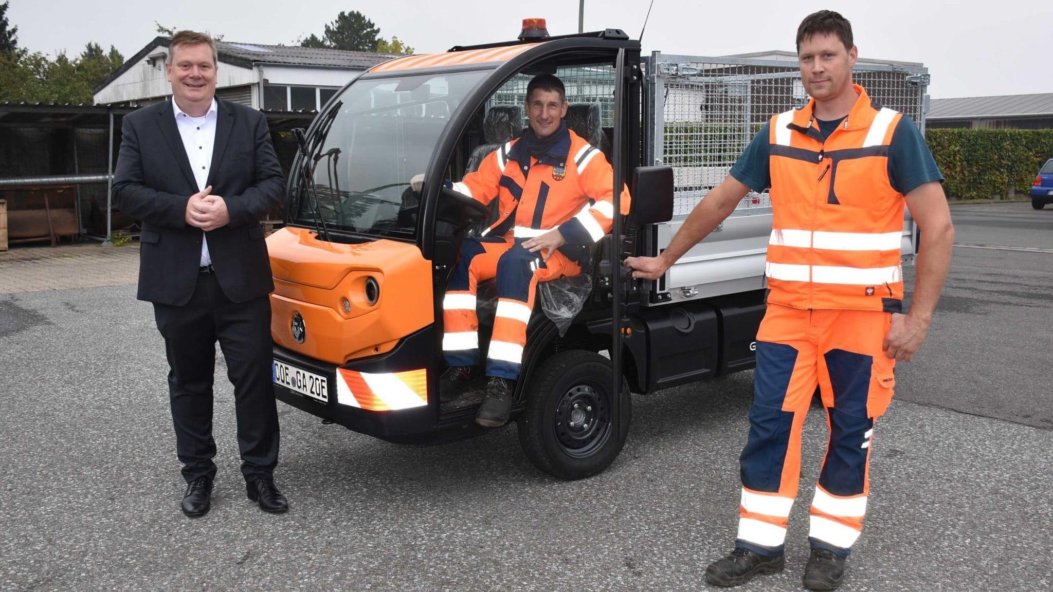 Bürgermeister übergibt E-Fahrzeug an Bauhofmitarbeiter