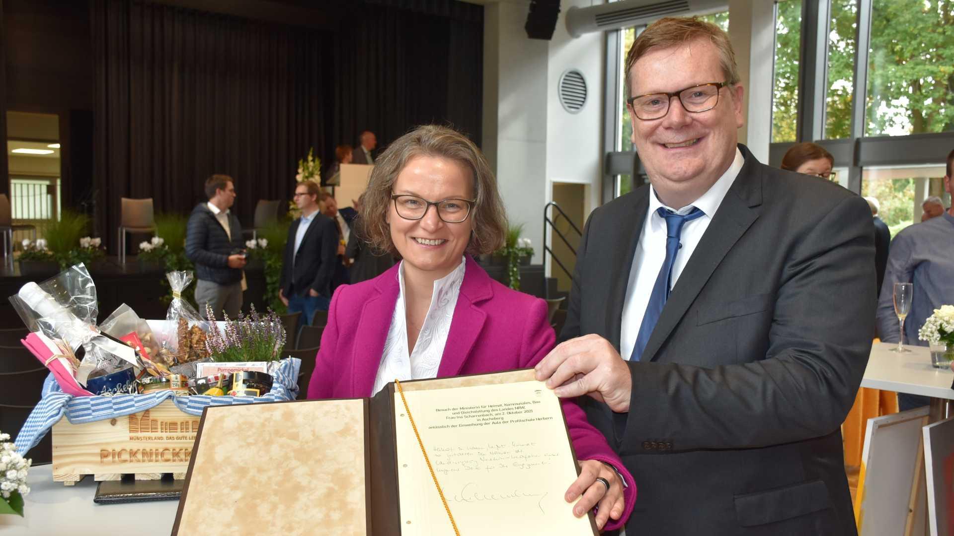 Ministerin Scharrenbach und Bürgermeister Stohldreier mit dem goldenen Buch